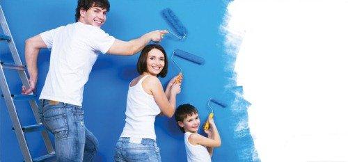 Семья красит стены кухни