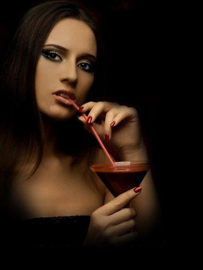 Девушка вампир с бокалом крови