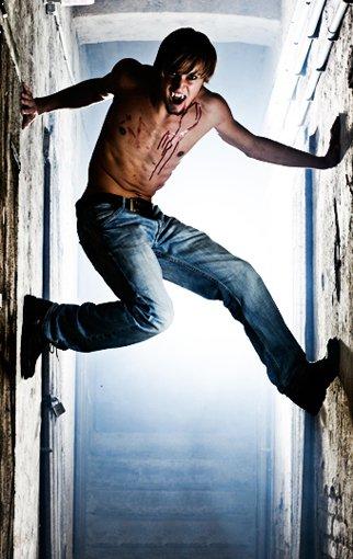 Вампир ползет по стене