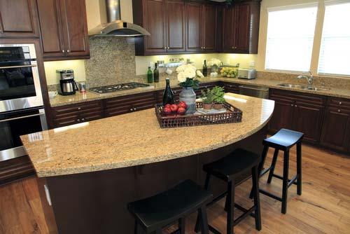 Современная кухня со столом по центру