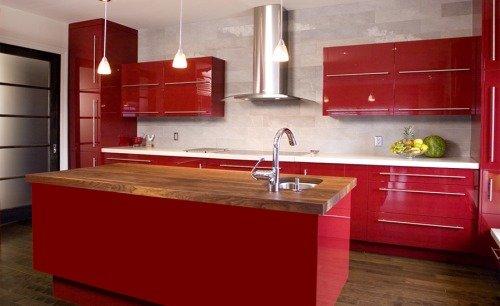 Кухня. Сочетание тёплого красного цвета и античного белого