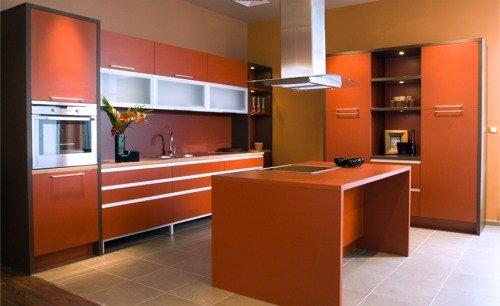 Кухня в оранжевых и кремовых цветах