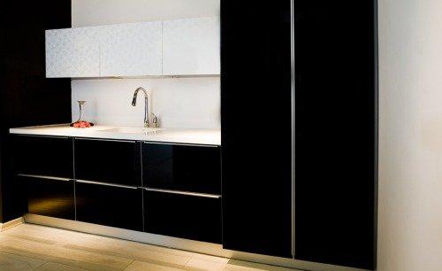 Современный пример кухни с элементами черного цвета