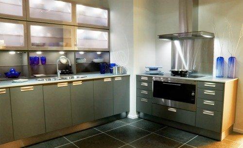 Основной оттенок кухни - стальной