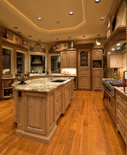 Кухня в которой основной материал - натуральное дерево