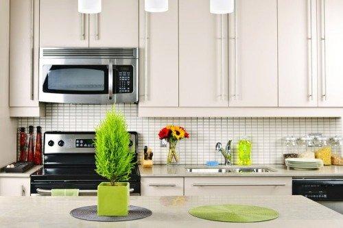 Простая кухня яркими аксессуарами