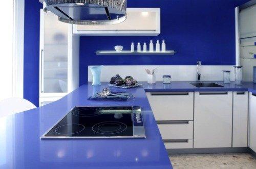 Кухня синего цвета в сочетании с белым