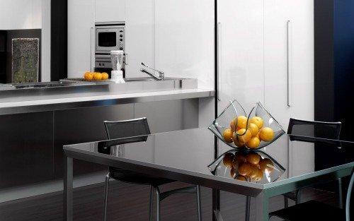 Современная обстановка кухни серого оттенка