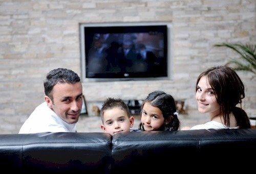 Семья смотрит TV