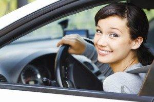 Девушка за рулём машины с АКПП