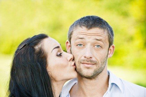 Обнимать / целовать при встрече чужого парня