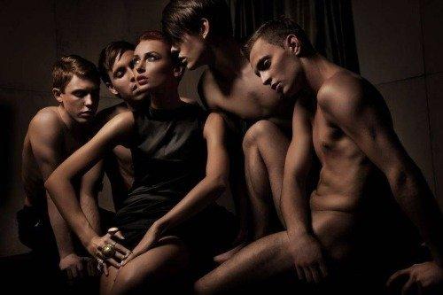 Часто находиться в мужском окружении