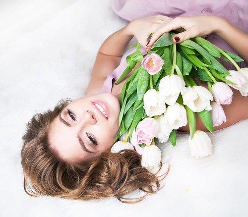 Приходить домой с букетами цветов от мужчин
