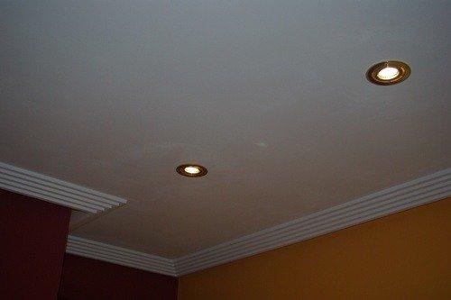 Как выровнять потолок самому