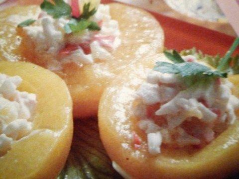 Как приготовить салат с крабовыми палочками и персиками
