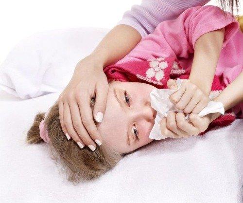 Девочка страдает от гайморита