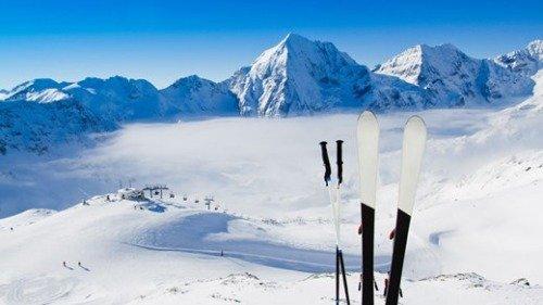 Лыжи в снегу