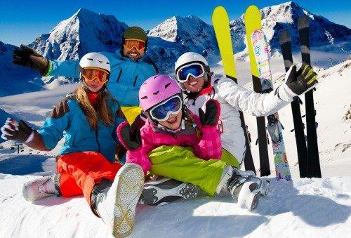 Красивая фотография семьи, которая катается на лыжах
