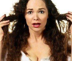 Девушка с секущимися волосами