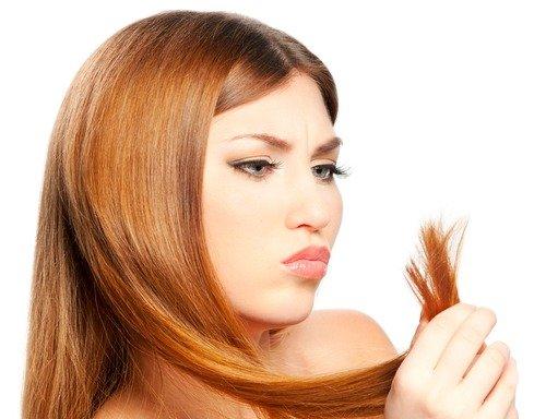 У девушки секутся волосы