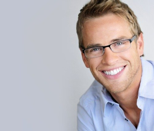 Мужчина с белыми зубами