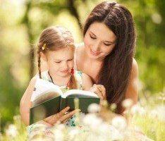 Мама учит читать свою дочь
