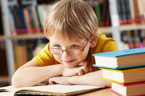 Ребенок с книгами