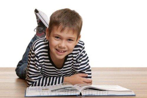 Подросток учится читать