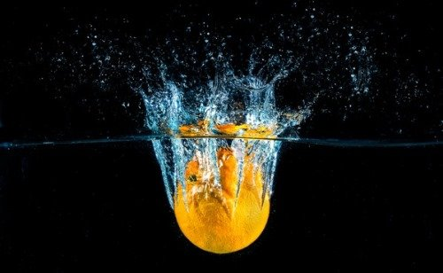 Лимон попавший в воду