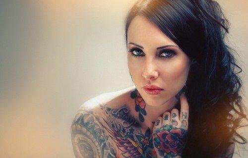 Красивая девушка вся в татуировках