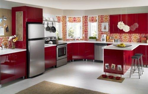 Фото кухни в красных тонах.