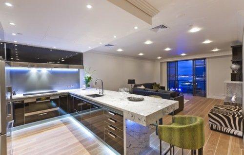 Богатая кухня, совмещенная с гостиной.