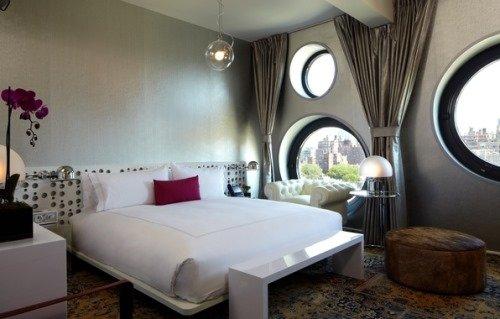 Спальня с оригинальными окнами