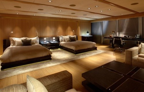 Большая спальня, совмещенная с гостиной комнатой