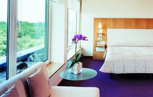 Спальня в ярких цветах