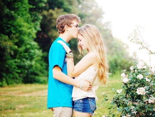 Девушка с парнем обнимаются на прогулке