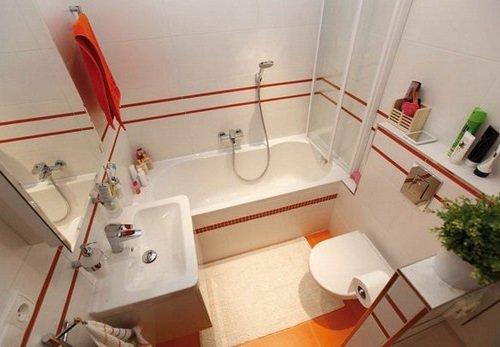Белая ванная комната в красных полосках