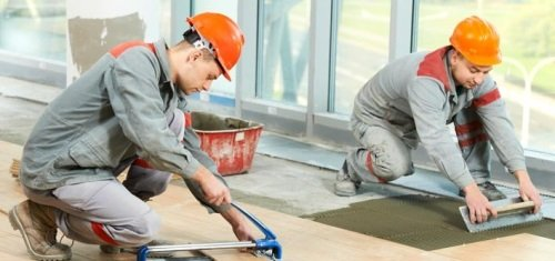 Профессионалы кладут плитку