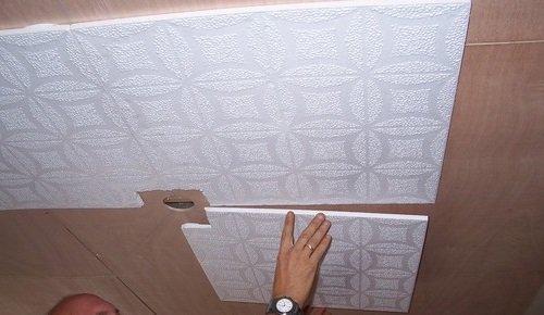 Клеим центр потолка