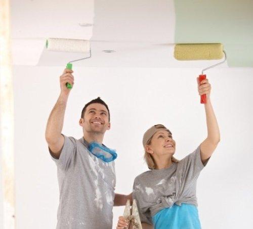 Семья красит потолок