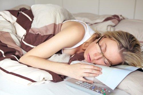 Женщина устала и уснула