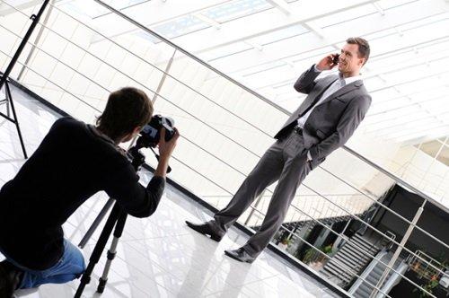 Фотографируют мужчину