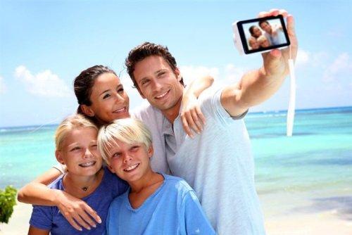Семья фотографируется