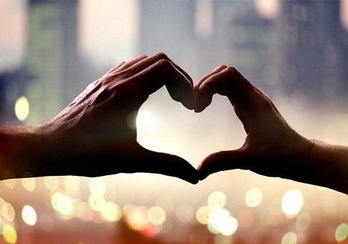 Руки в форме сердца