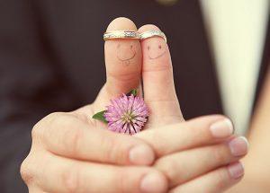 Обручальные кольца молодожёнов
