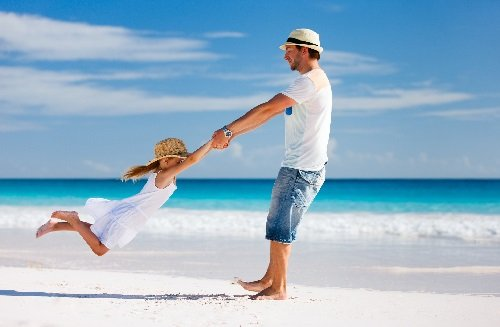 Дочка с папой на море