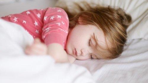 Ребёнок спит в своей кроватке