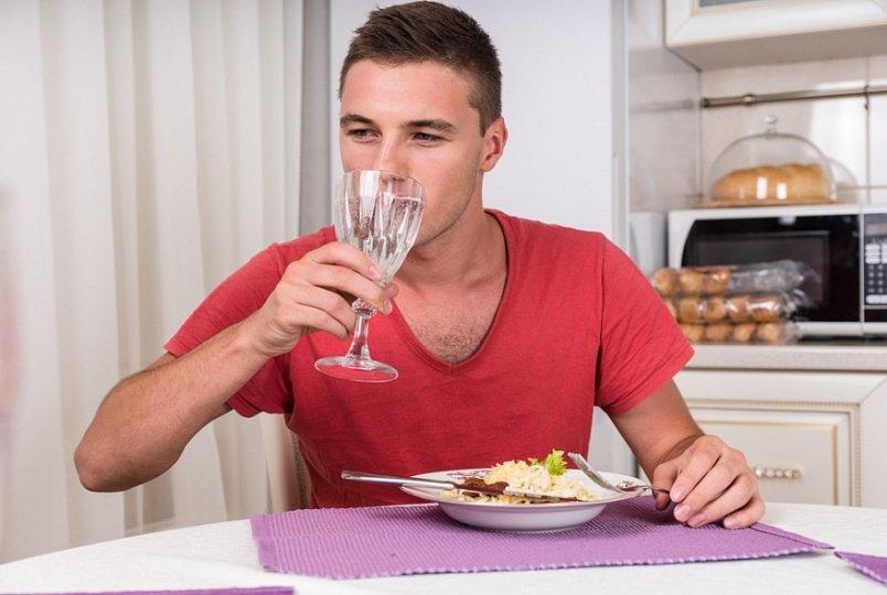 Запивание еды напитком
