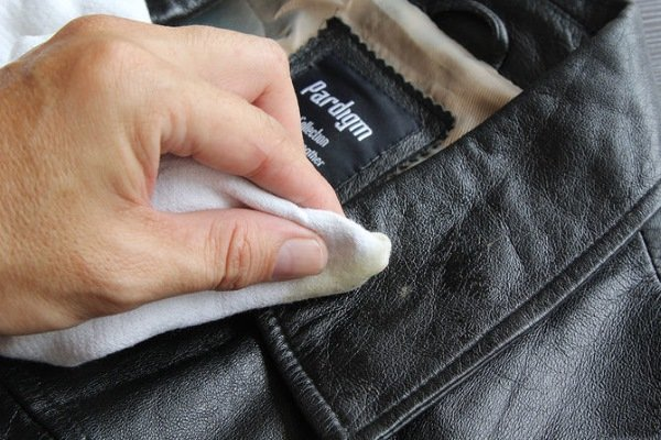 Устранение загрязнений на кожаном пальто