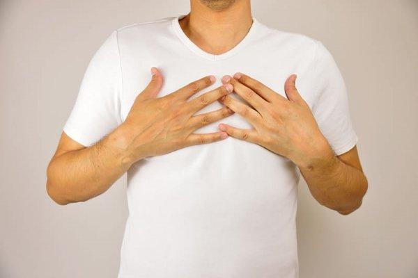 Боль в груди и желтушность кожи